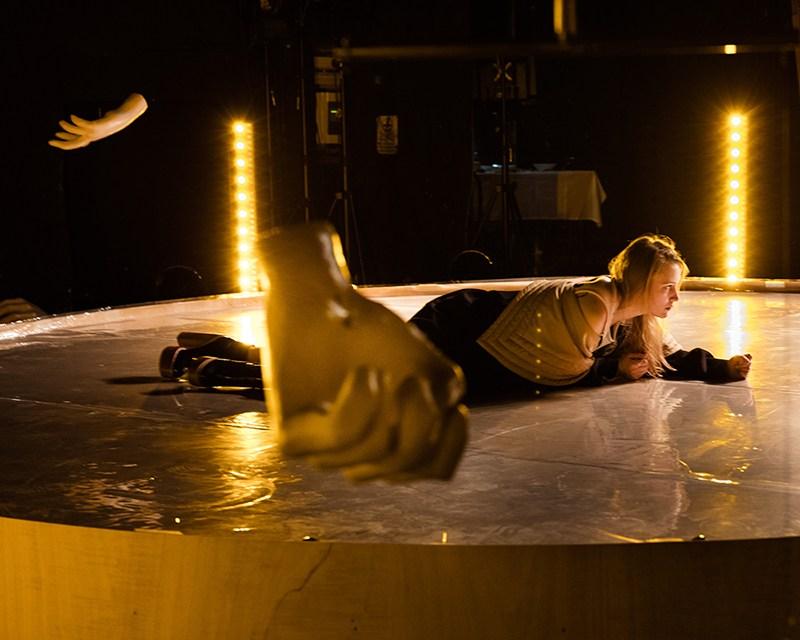 """Scena z przedstawienia """"Kosmos"""" w reżyserii Krzysztofa Garbaczewskiego, 2016, fot. Przemek Krzakiewicz / Narodowy Stary Teatr w Krakowie"""