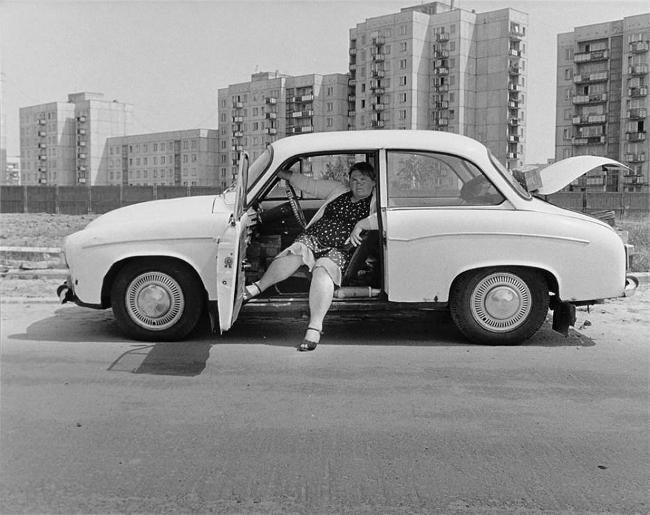 """Kobieta w samochodzie marki """"Syrenka"""", Osiedle Ursynów, 1984, fot. Krzysztof Pawela/Muzeum Fotografii w Krakowie"""