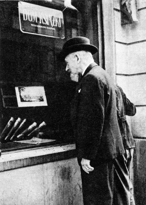 Leopold Staff podczas przechadzki po Nowym Świecie, Warszawa lata 50, fot. East News