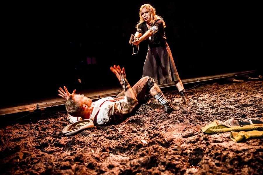 """Scena z przedstawienia """"Lilla Weneda"""" w reżyserii Michała Zadary, 2015, fot. Krzysztof Bielinski / Teatr Powszechny w Warszawie"""