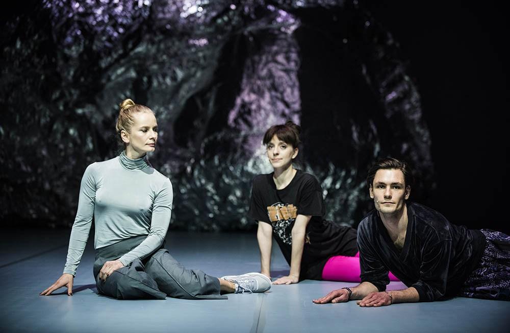 """Scena z przedstawienia """"2118. Anna Karasińska"""" w reżyserii Anna Karasińska, 2017. Na zdjęciu: Dobromir Dymecki, fot. Magda Hueckel/Nowy Teatr w Warszawie"""