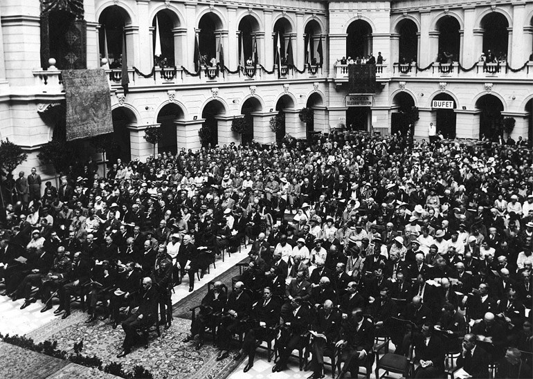 Main Hall of the Warsaw University of Techonolgy in the interwar period, sitting in front is Ignacy Mościcki, photo: NAC