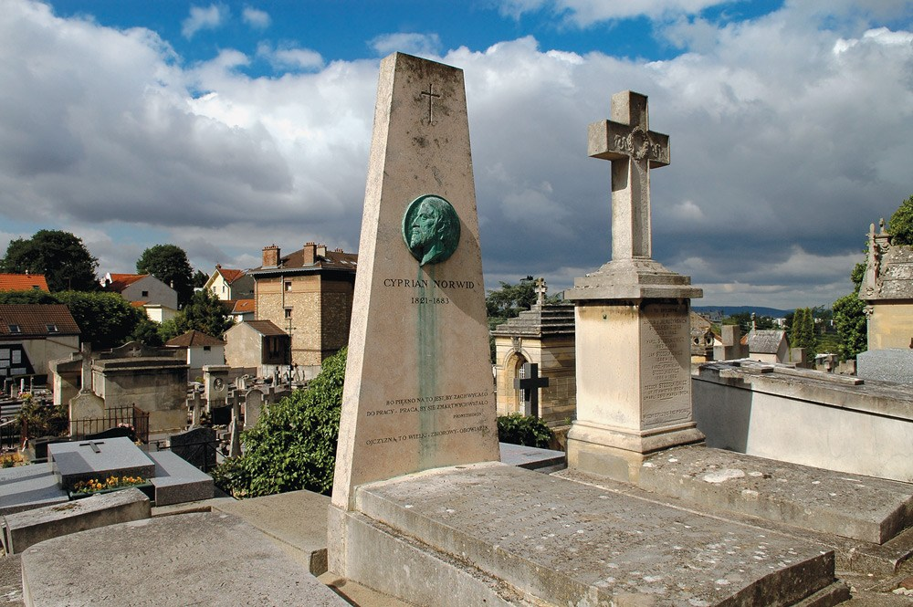 The grave of Cyprian Kamil Norwid, from the album On Foreign Land: Polish Graves on Parisian Cemeteries and in Montmorency by Hanna Zaworonko-Olejniczak, photo: TRES Foundation press materials