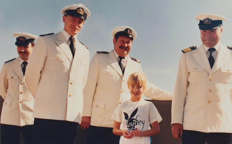 Olga Lubicz w otoczeniu kapitanów na statku TSS Stefan Batory, 1987, fot. archiwum rodzinne artystki