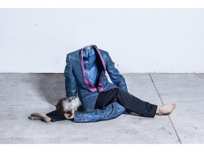 """Oskar Dawicki, """"Gimnastyka profana"""", 2013, tusz pigmentowy / płótno, 200 x 100 cm, fot. dzięki uprzejmości Galerii Raster"""