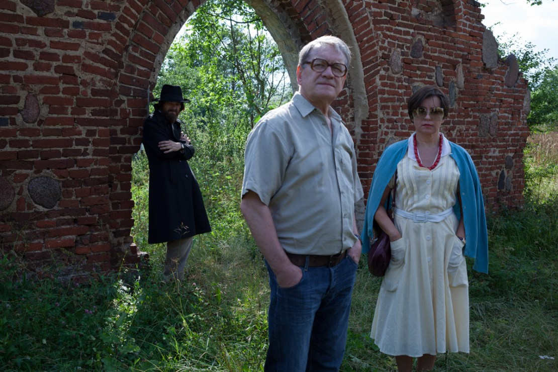 Scene from the film The Last Family, dir. Jan P. Matuszyński, 2016. In the photo: Dawid Ogrodnik, Aleksandra Konieczna, and Andrzej Seweryn, photo by Hubert Komerski/Aurum Film