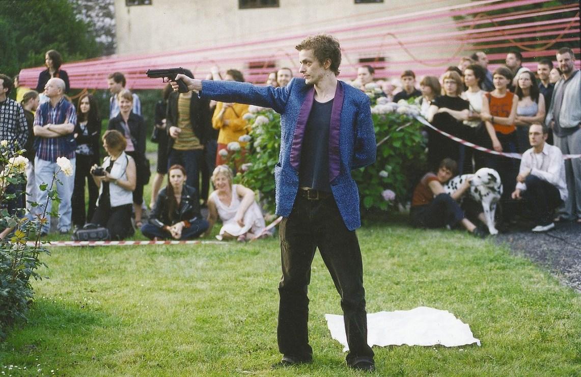Performance Oskara Dawickiego przed Muzeum Archeologicznym w Krakowie, 2001