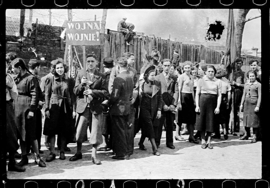 Pochód pierwszomajowy, fot. Bolesław Augustis, Białystok, 1935-38, dzięki uprzejmości Grzegorza Dąbrowskiego/Albom.pl
