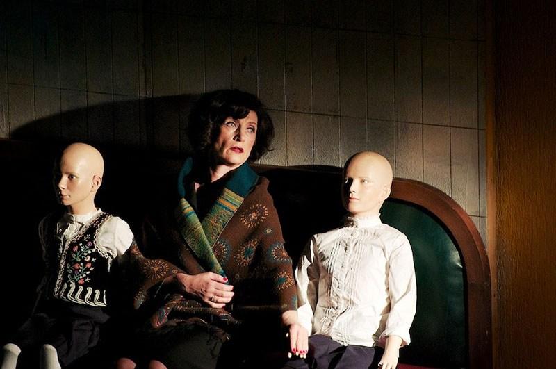 """Scena z przedstawienia """"(A)pollonia"""" w reżyserii Krzysztofa Warlikowskiego, 2016, São Paulo (MITsp). Na zdjęciu: Małgorzata Hajewska-Krzysztofik, fot. Mayra Azzi"""