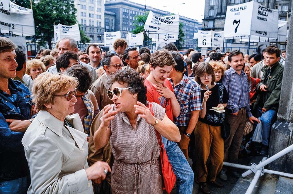 Constitution Square in Warsaw. Citizens discussing the results of the elections that took place on 4th of June 1989, photo: © Chris Niedenthal / BOSZ