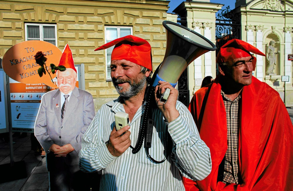 Waldemar  'Major' Fydrych during a happening of the Orange Alternative 'Only Dwarves Will Cure Poland,' 2009, Warsaw, photo: Robert Kowalewski / AG