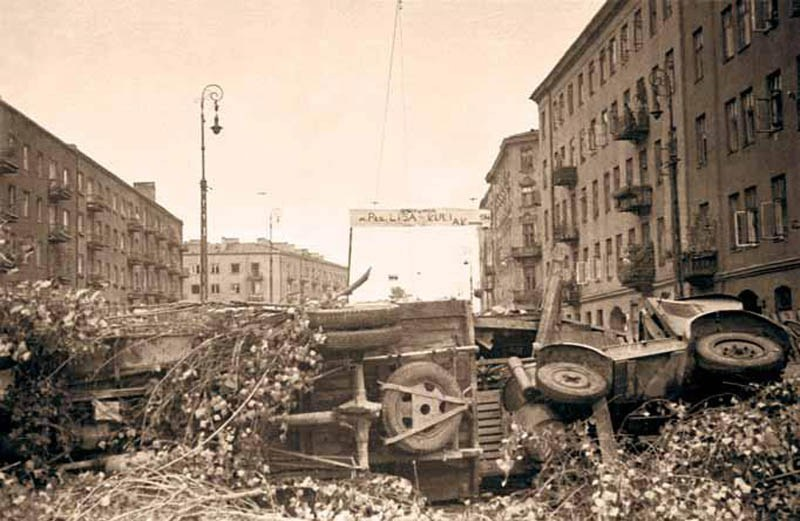 Barricade at the intersection of Okopowa and Żytnia Streets in the Wola district of Warsaw, 2nd August 1944, photo: Stefan Bałuk 'Kubuś', photo from the album 'The Warsaw Uprising: The Most Important Photographs'