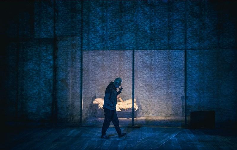"""Krystian Lupa podczas próby przedstawienia """"Proces"""" w reżyserii Krystiana Lupy, 2017, fot. Magda Hueckel/Nowy Teatr w Warszawie"""
