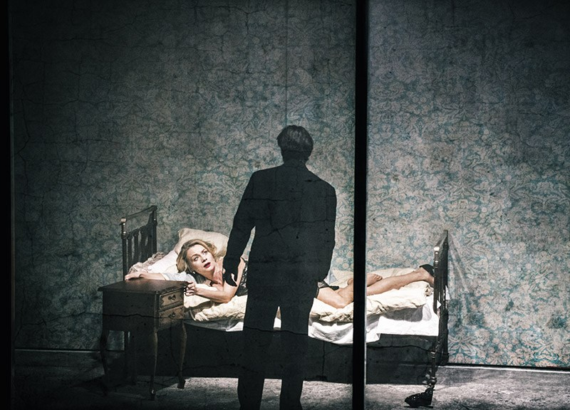 """Scena z przedstawienia """"Proces"""" w reżyserii Krystiana Lupy, 2017 w fot. Magda Hueckel/Nowy Teatr w Warszawie"""