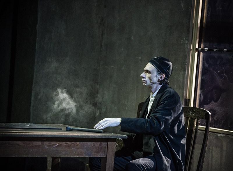 """Scena z przedstawienia """"Proces"""" w reżyserii Krystiana Lupy, 2017. Na zdjęciu: Marcin Pempuś, fot. Magda Hueckel/Nowy Teatr w Warszawie"""