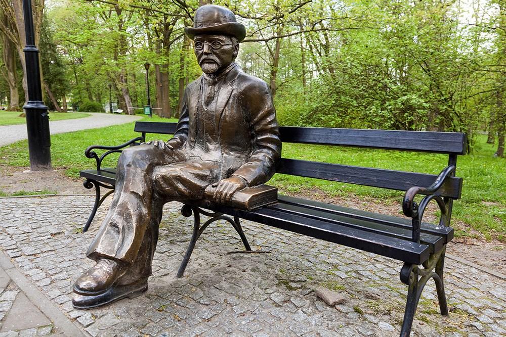 Nałęczów, ławeczka Bolesława Prusa w Parku zdrojowym, fot. Wojciech Wojcik / Forum