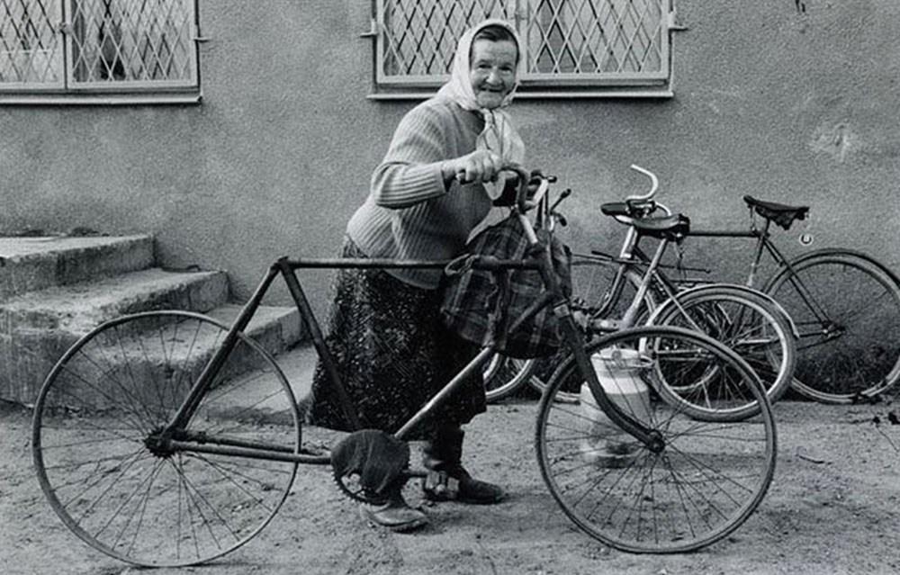 """""""Przed skupem mleka"""", 1989, fot. Stanisław Ciok"""