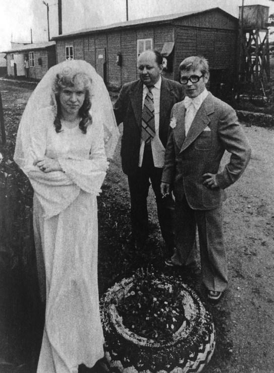 """Fotografia z cyklu """"Ruda się żeni"""", 1974, fot. Krzysztof Barański i Sławek Biegański"""