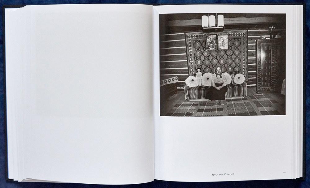 """Rozkładówka z książki """"Zofia Rydet. Zapis socjologiczny 1978-1990"""", autor: Wojciech Nowicki, 2016, wyd. Muzeum w Gliwicac"""