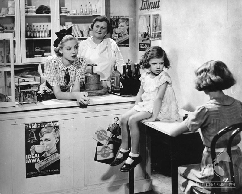 The Ghosts (Strachy), dir. Eugeniusz Cękalski, Karol Szołowski, 1938, in the photo: Hanna Karwowska, Helena Buczyńska (shop assistant), photo courtesy of the National Film Archive/www.fototeka.fn.org.pl