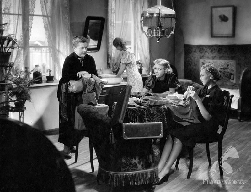 The Ghosts (Strachy), dir. Eugeniusz Cękalski, Karol Szołowski, 1938, in the photo: Pelagia Relewicz-Ziembińska, Hanna Karwowska, photo courtesy of the National Film Archive/www.fototeka.fn.org.pl