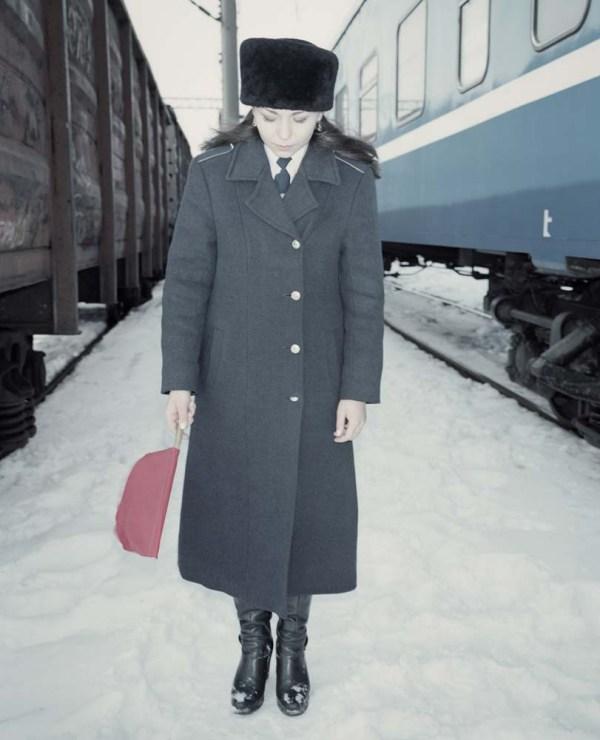 """Rafał Milach, fotografia z cyklu """"The Winners"""", 2014 (Marina, miss kolei białoruskich obwodu brzeskiego, Mińsk), fot. dzięki uprzejmości fotografa"""