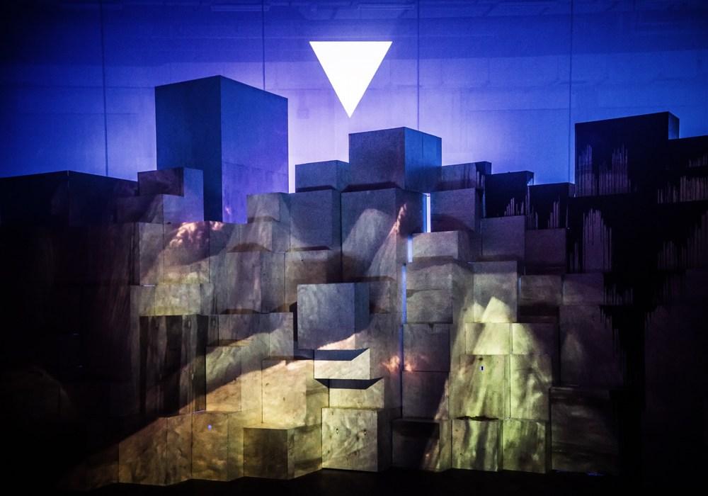 """Scena z przedstawienia """"Uczta"""" w reżyserii Krzysztofa Garbaczewskiego, 2018, fot. Magda Hueckel/Nowy Teatr w Warszawie"""