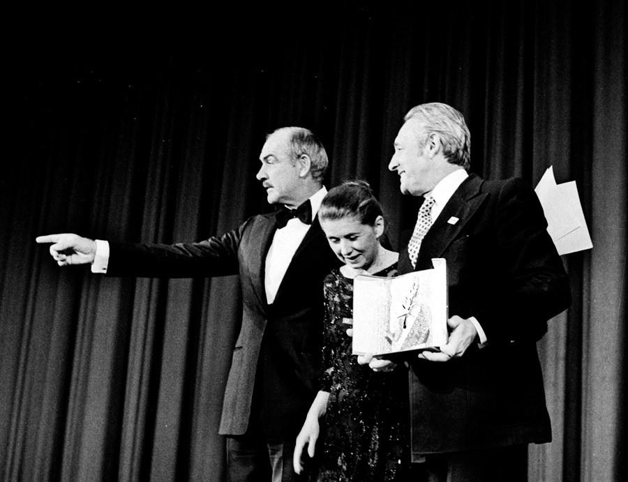 """Wręczenie Złotej Palmy na Festiwalu Filmowym w Cannes za film """"Człowiek z żelaza"""", 1981. Na zdjęciu: Sean Connery, Krystyna Zachwatowicz i Andrzej Wajda, 1981, fot. Jerzy Kośnik"""