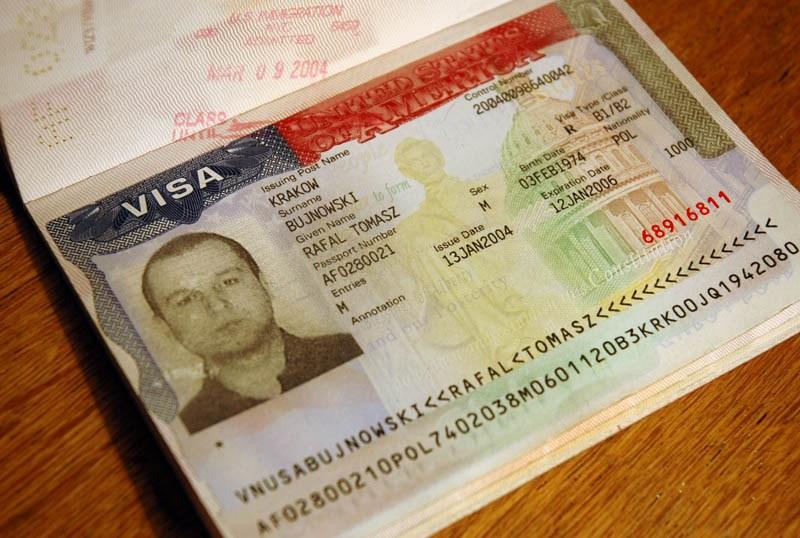 """Rafał Bujnowski, """"Wiza"""" (fotografia przedstawiająca wizę amerykańską w paszporcie artysty), 2004, fot. dzięki uprzejmości Galerii Raster"""