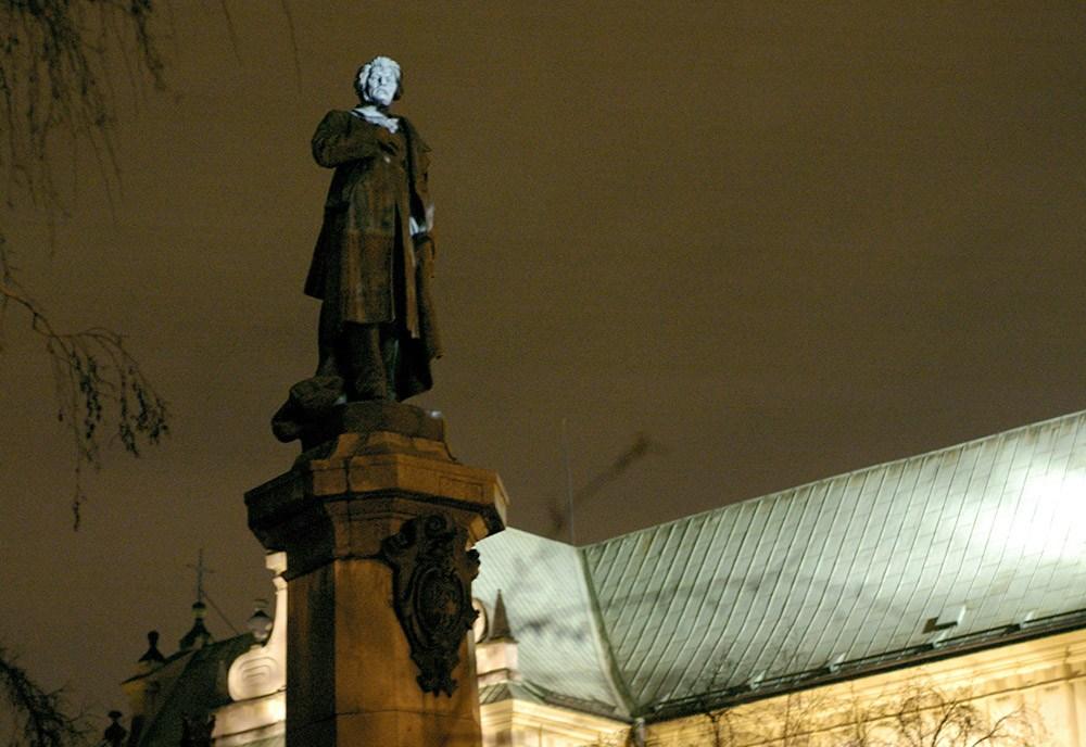 Krzysztof Wodiczko, projekcja na pomnik Adama Mickiewicza w Warszawie, 2008, fot. © Jan Rolke/Forum