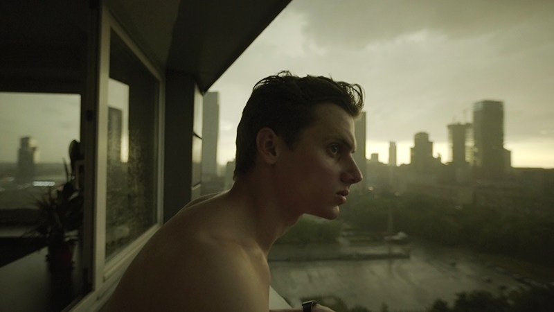 """Kadr z filmu """"Wszystkie nieprzespane noce"""" w reżyserii Michała Marczaka, 2016. Na zdjęciu: Krzysztof Bagiński. fot. Kino Świat"""