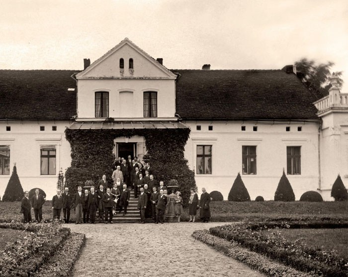 The communist agrarian reform of 1944 brought about the destruction of the centuries-old culture of the Polish landed gentry; the image shows a manor in Niedźwiedź in the Kujawy region, photo: Wydawnictwo RM