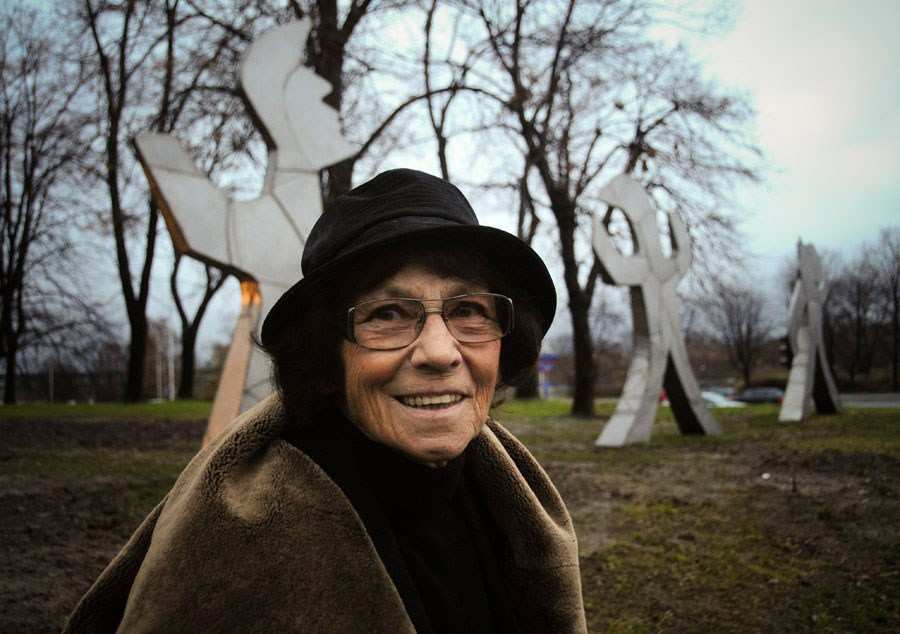 Magdalena Abakanowicz and her sculptures, photo: Włodzimierz Wasyluk