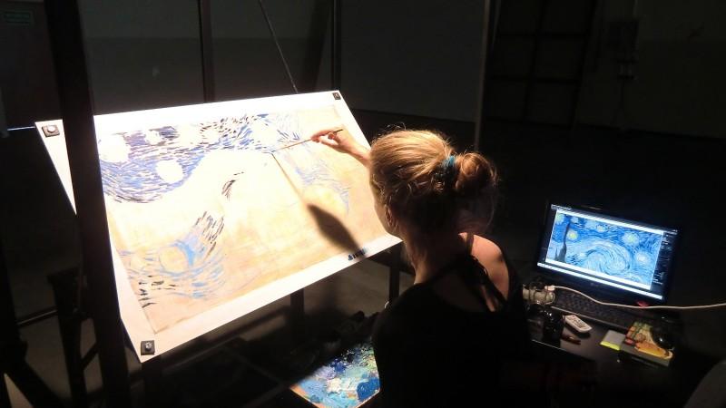 """Malarka przy stanowisku pracy, które jest wykorzystywane przy produkcji filmu """"Loving Vincent"""", fot. materiały prasowe"""