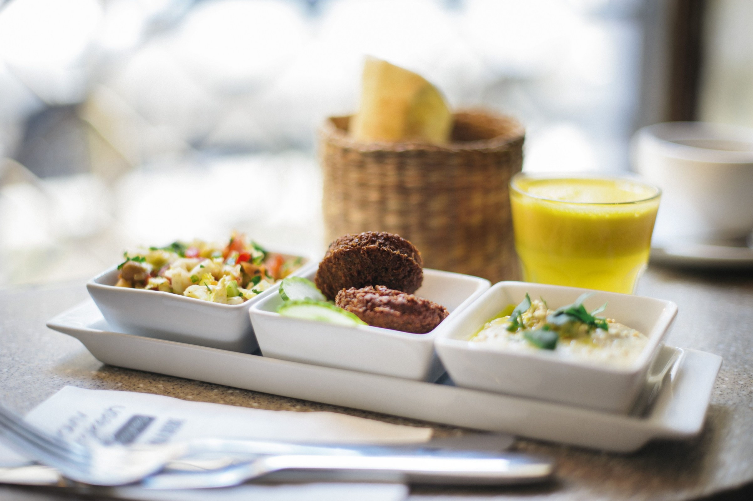 Mezze plate with falafel and hummous, photo: Kotlarz