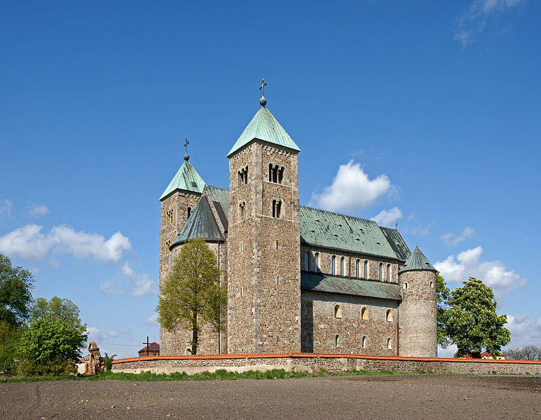 The three-nave collegiate church in Tuma, photo: Mrksmlk, CC