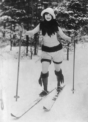 Kobieta w modnym stroju sportowym na nartach biegowych, 1926r, fot. Narodowe Archiwum Cyfrowe