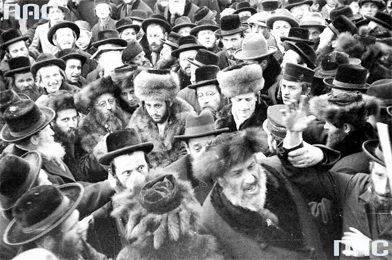 «Жених» среди хасидов, 1931. Фото: Национальный цифровой архив