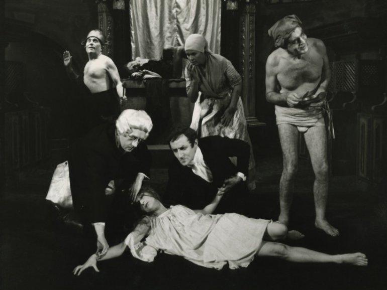"""Zdjęcie z przedstawienia """"Nie-Boska komedia"""" w reżyserii Konrada Świniarskiego, źródło: e-teatr.pl"""