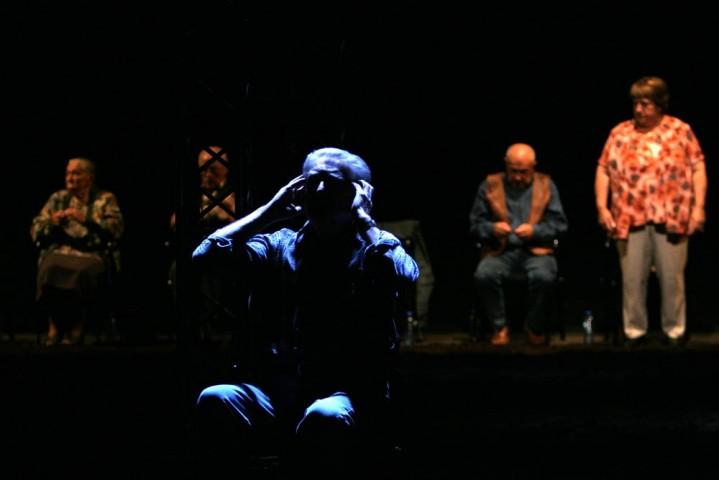 """Zdjęcie z przedstawienia """"Transfer"""" w reżyserii Jana Klaty, Wrocławski Teatr Współczesny, fot. Bartłomiej Sowa"""