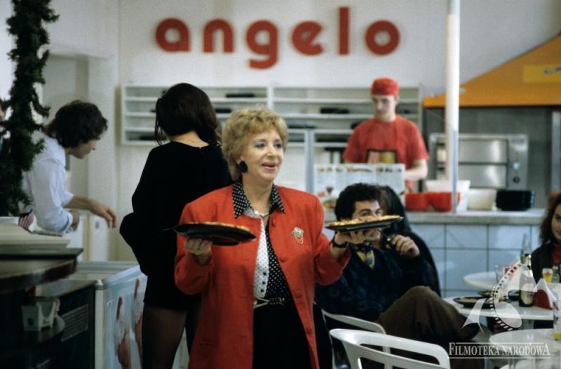 """Kadr z filmu """"Czterdziestolatek"""" w reżyserii Jerzego Gruza, 1993, fot. Roman Sumik / Filmoteka Narodowa / www.fototeka.fn.org.pl"""