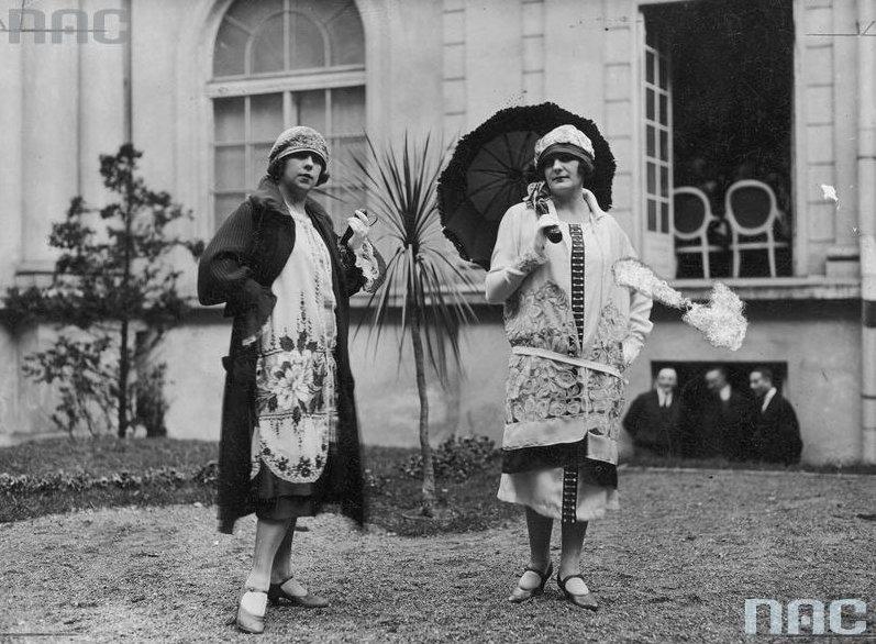 Dwie modelki podczas pokazu mody, 1925, fot. Narodowe Archiwum Cyfrowe