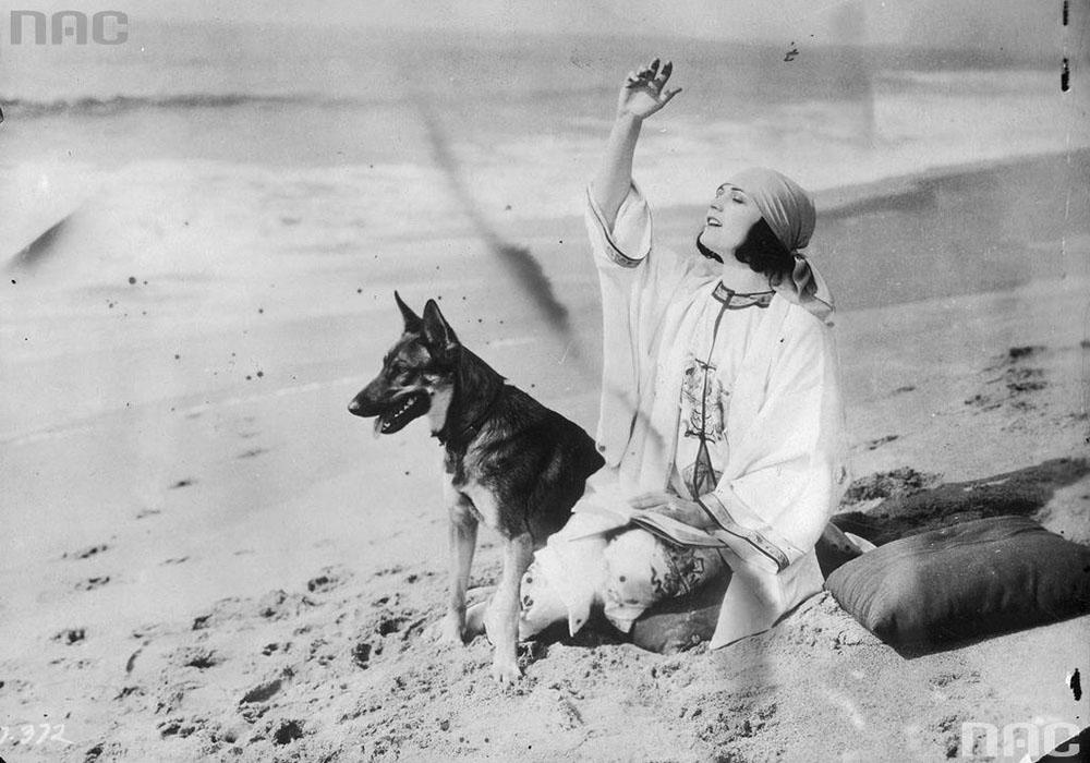 Aktorka Pola Negri na plaży z psem, 1927, fot. Narodowe Archiwum Cyfrowe