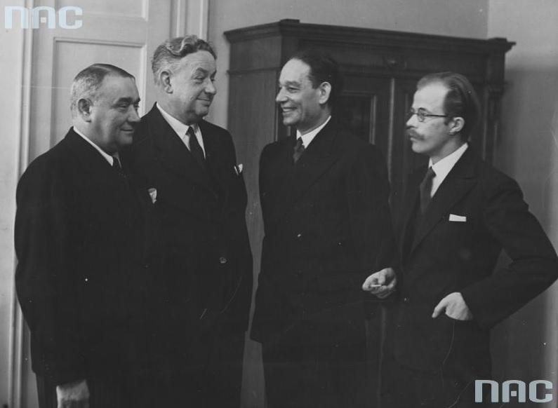 Recytatorzy utworów literackich. Stoją od lewej: Stefan Jaracz, Aleksander Zelwerowicz, Stanisław Młodożeniec, Wojciech Skuza, 1937, fot. NAC