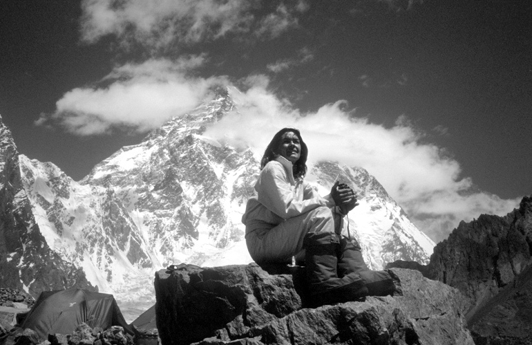 Wanda Rutkiewicz, Pakistan / China, 1982, during an expedition to K2 (peak in the background), photo: archives of Jerzy Kukuczka / Forum