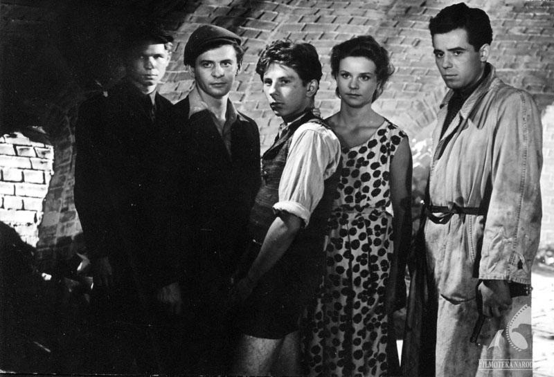 """Ryszard Kotys, Tadeusz Łomnicki, Roman Polański, Urszula Modrzyńska, Tadeusz Janczar in Andrzej Wajda!s """"A Generation"""", 1954, photo: Studio Filmowe Kadr / Filmoteka Narodowa/www.fototeka.fn.org.pl"""