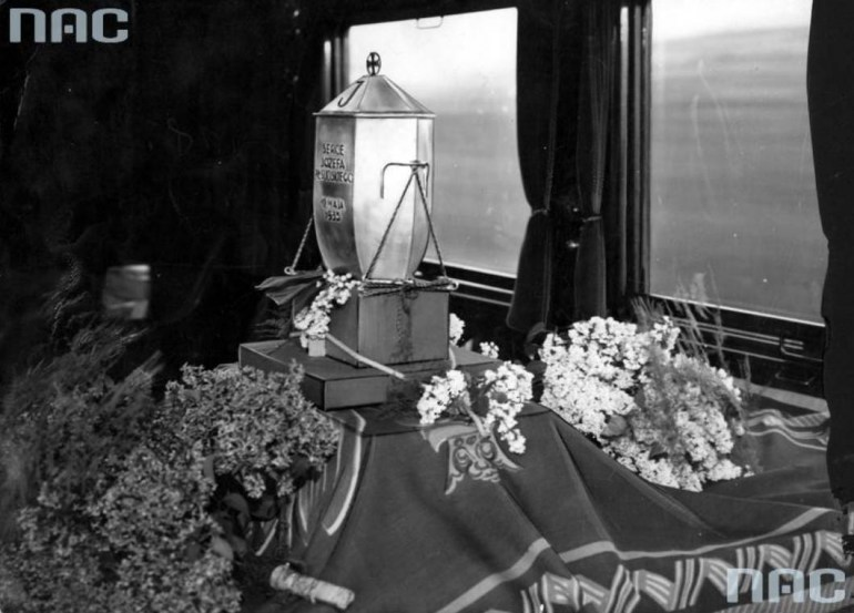 The urn with the heart of Józef Piłsudski travelling on a train to Vilnius, photo: NAC