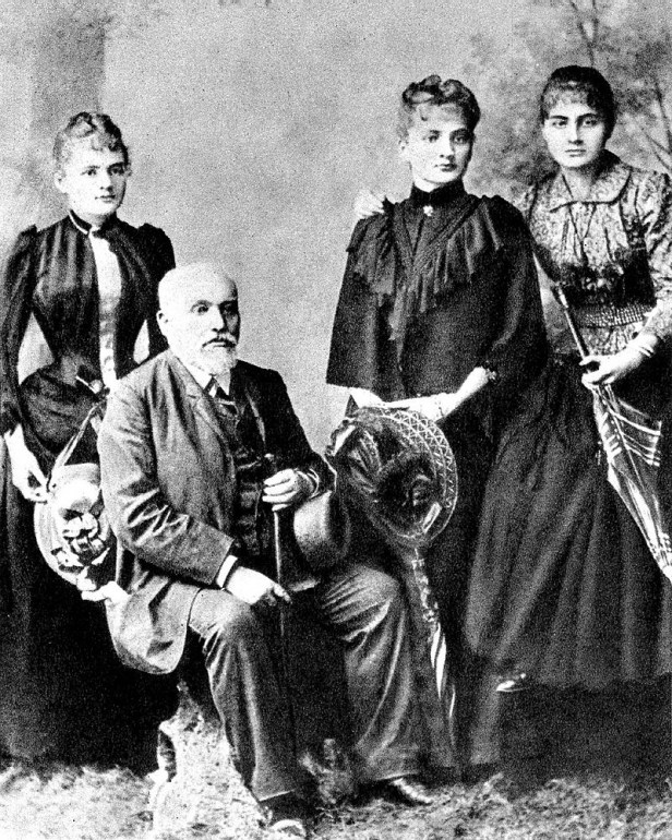 The Skłodowski Family: Władysław Skłodowski with daughters (from left) Maria, Bronisława, Helena, 1890, Photo: Wikimedia