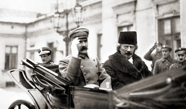 Chief of Polish State Józef Piłsudski and Prime Minister of Republic of Poland Ignacy Paderewski arriving to Polish Parliament